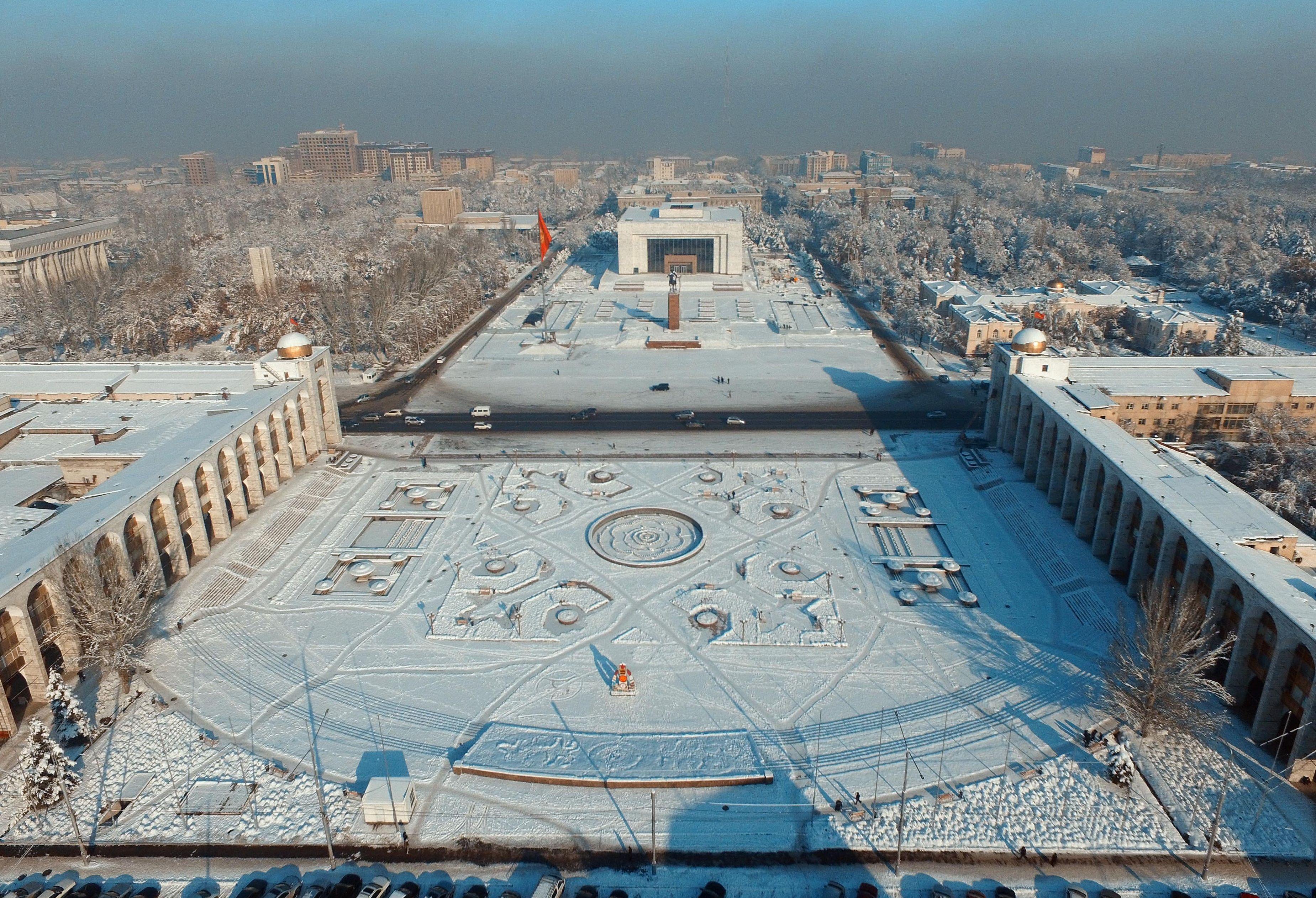 Вид на площадь Ала-Тоо с высоты в центре города Бишкек