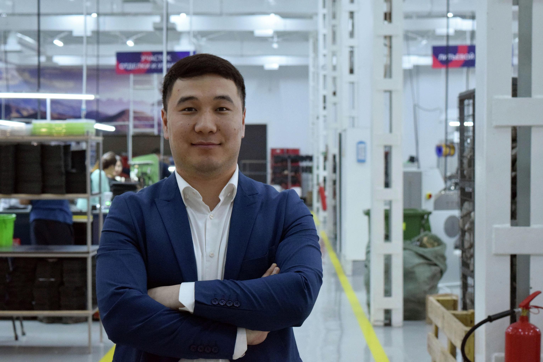Владелец обувной фабрики Улукбек Маликов у предприятия
