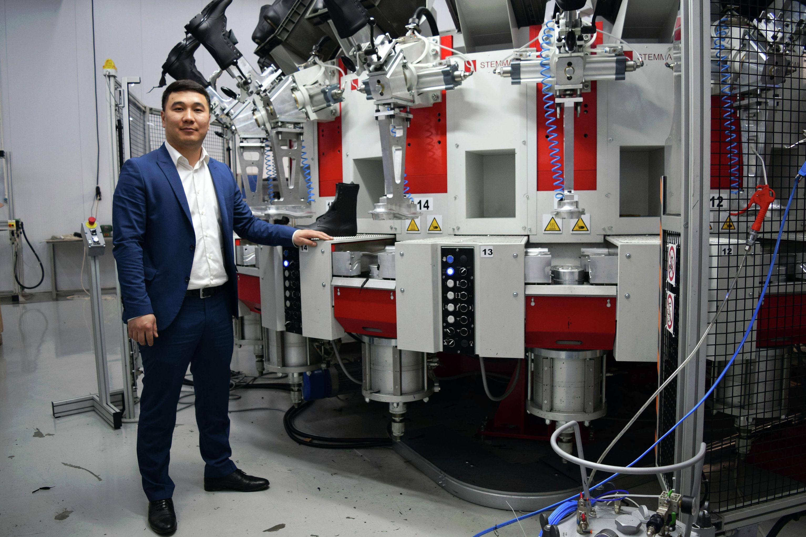 Владелец обувной фабрики Улукбек Маликов у станка