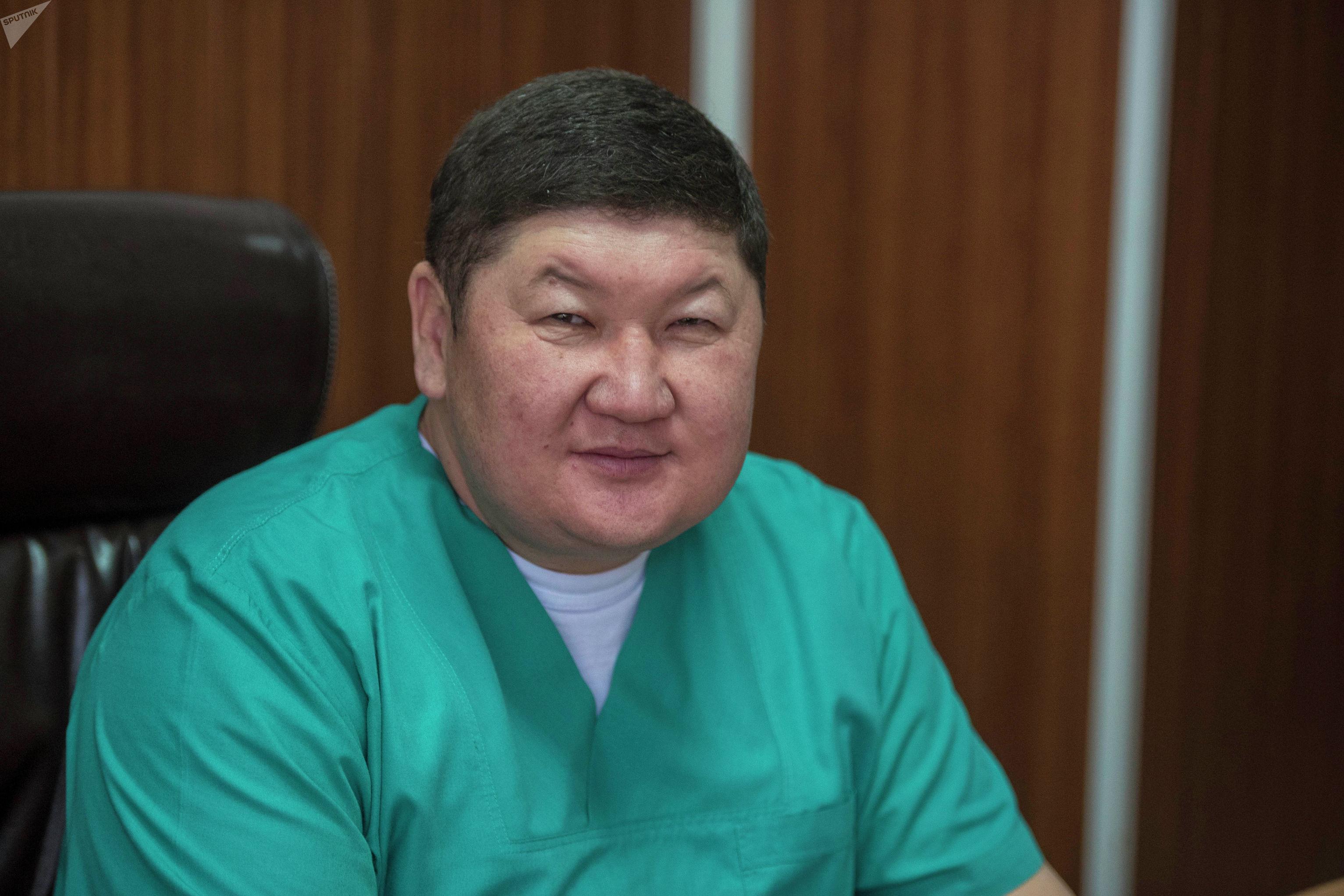 Заместитель директора по организационно-методической работе Бишкекского научного центра травматологии и ортопедии Бакытбек Исаков в кабинете