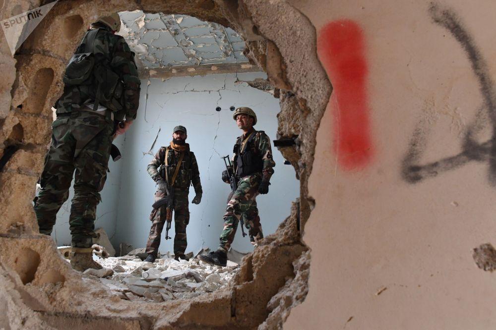Сирийские военнослужащие и бойцы ополчения во время подготовки российскими военными инструкторами в провинции Хама