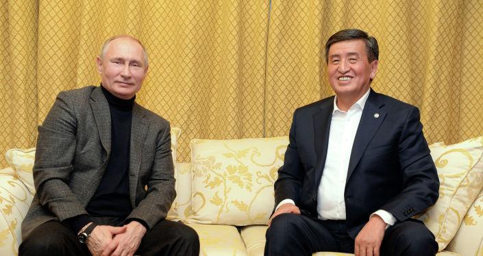 Президент Кыргызстана Сооронбай Жээнбеков и глава РФ Владимир Путин во время неформальной встречи в Сочи