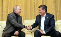Россиянын президенти Владимир Путин жана Кыргызстандын өлкө башчысы Сооронбай Жээнбеков. Архивдик сүрөт