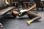 Девушка продемонстрировала свою гибкость, выполнив элемент танца лимбо с помощью кресел в зале ожидания.
