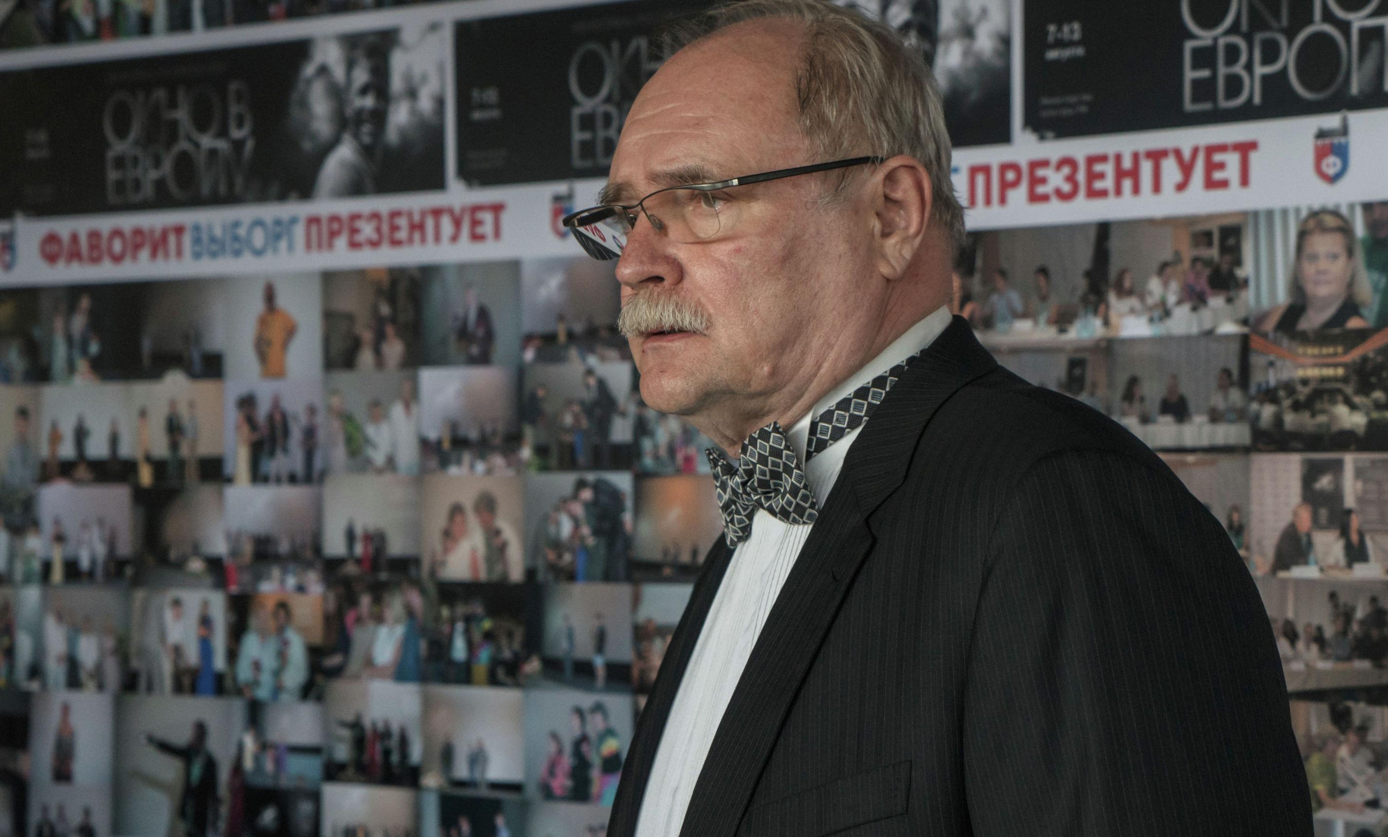 Режиссер Владимир Бортко перед началом праздничного шествия, посвященного открытию ХХIII фестиваля российского кино Окно в Европу в Выборге.