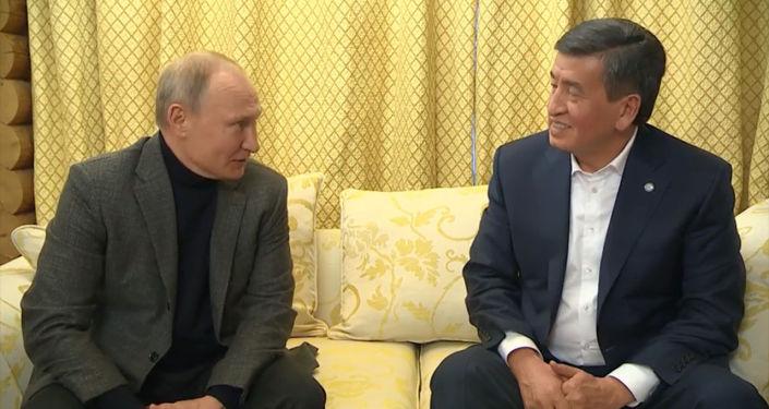 Президенты Кыргызстана и России встретились в неформальной обстановке: Путин был в свитере, а Жээнбеков без галстука.