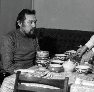 Жазуучу Аалы Токомбаев жана уулу Улан Токомбаев