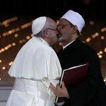 Папа Римский Франциск и глава авторитетного исламского университета аль-Азхар шейх Ахмад ат-Тейиб в Абу-Даби после подписания совместного документа по борьбе с терроризмом и укреплению веротерпимости