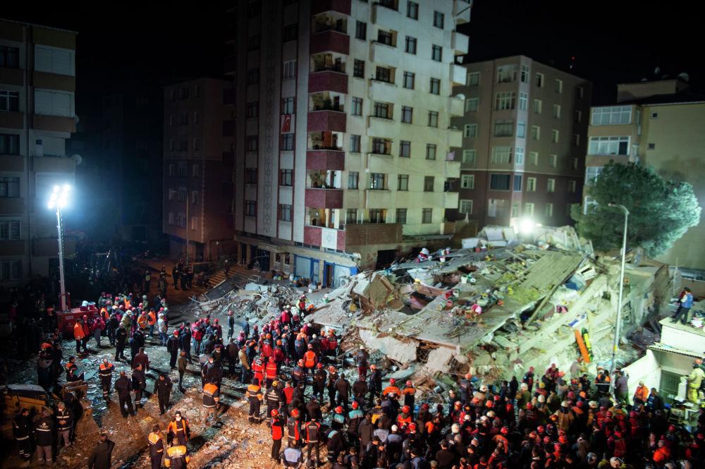Спасатели работают на месте рухнувшего дома в Стамбуле (Турция). Восьмиэтажный дом обрушился 6 февраля. По последним данным, на месте происшествия найдено 21 тело, обнаружены живыми 14 человек. Поисково-спасательные работы продолжаются.