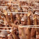 Индуисты совершают обряд паломничества Кумбха Мела (Праздник кувшина) на берегу реки Ганг. Верующие считают, что во время Кумбха Мелы возрождающаяся в водах священных рек амрита становится доступна для простых смертных, которые, окунувшись в нее, смывают с себя грехи.