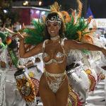 Участница карнавала Llamadas в Монтевидео (Уругвай)