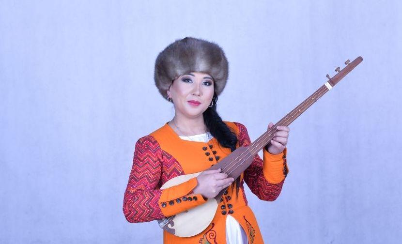 Кыргызский акын-импровизатор Изат Айдаркулова во время интервью на радиостудии Sputnik Кыргызстан