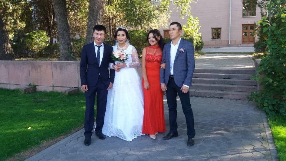 Кыргызский акын-импровизатор Изат Айдаркулова (вторая слева)