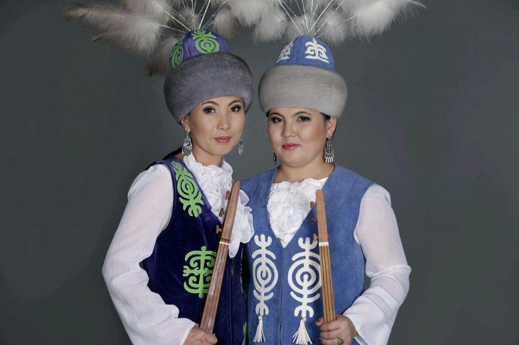 Кыргызский акын-импровизатор Изат Айдаркулова (слева)