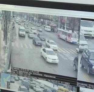Завтра, 12 февраля, камеры фото- и видеофиксации, установленные по проекту Безопасный город, начнут фиксировать нарушения Правил дорожного движения. Sputnik Кыргызстан решил рассказать все об этой процедуре — от фиксации нарушения до составления протокола и его отправки до нарушителей.