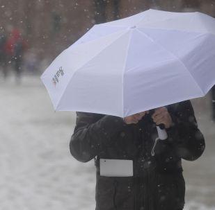 Мужчина с зонтом. Архивное фото
