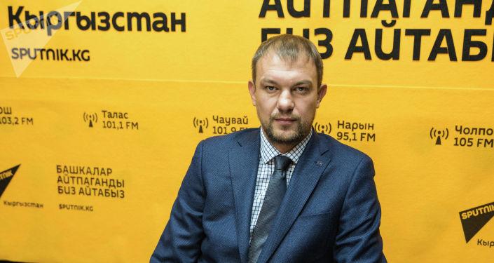 Тренер сборной Кыргызстана Александр Крестинин во время беседы на радио Sputnik Кыргызстан