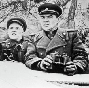 Командующий 8-й гвардейской армией генерал-полковник Василий Иванович Чуйков (справа). Архивное фото