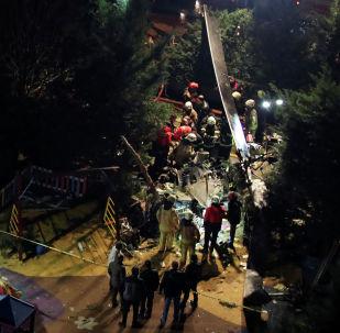 Пожарные и полиция осматривают место крушения вертолета в Стамбуле