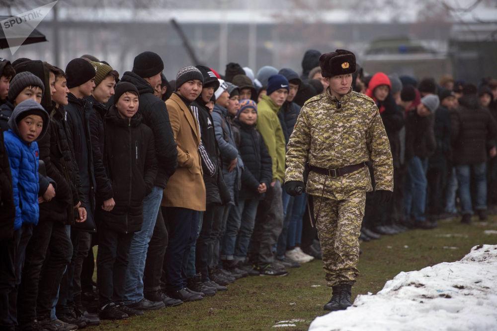 Кыргызстанские школьники с нетерпением ждут начала показательных выступлений с участием бойцов спецназа Пантера