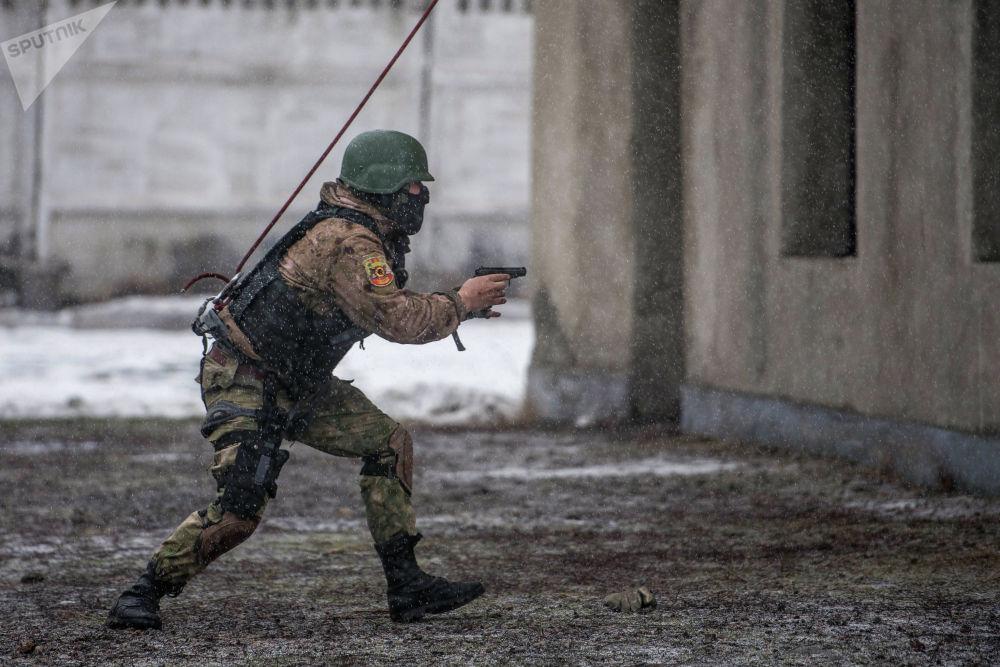 Сценарий боюнча атайын отряд террорчулар басып алган имаратты курчоого алышат
