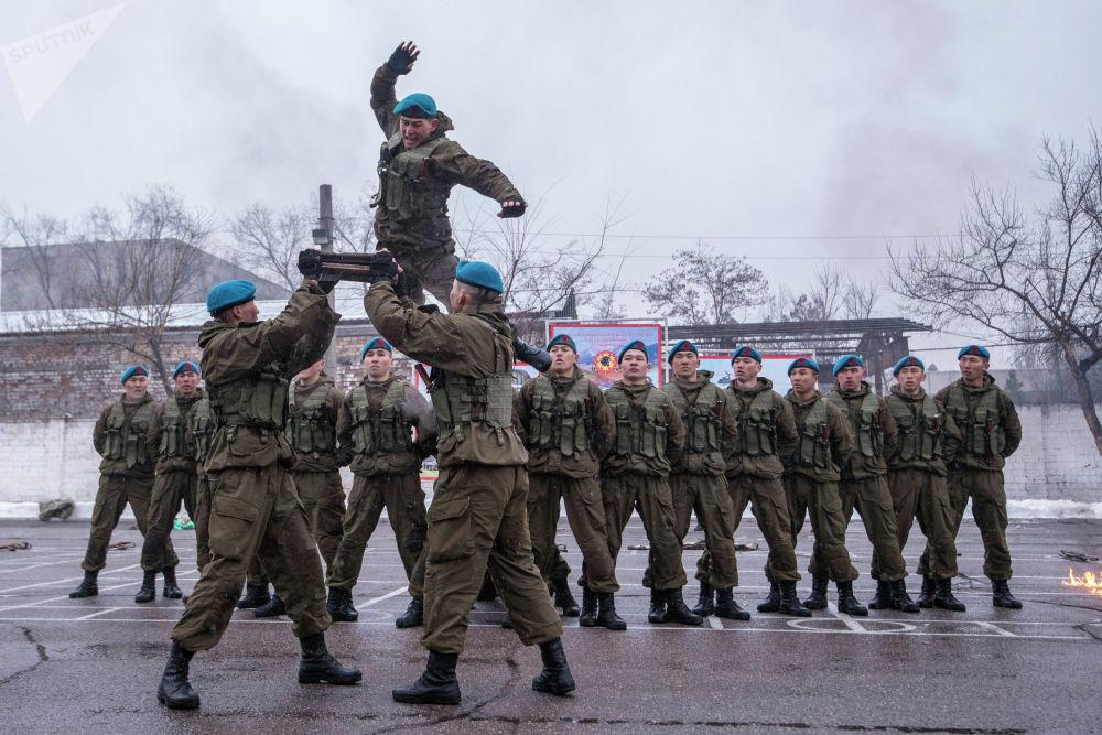 Демонстрация элементов рукопашного боя военнослужащих Национальной гвардии во время показательных выступлений в Бишкеке
