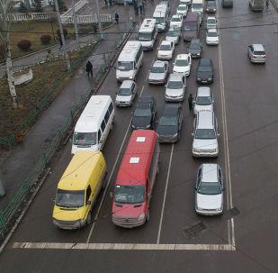 Мы подняли квадрокоптер над одним из самых оживленных перекрестков столицы, чтобы показать, как первый день проекта Безопасный город повлиял на культуру вождения в Бишкеке.