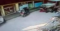 Колуна кызын көтөрүп бараткан аялды жол тандабас коюп кеткен. Окуянын күбөлөрү полиция келгенге чейин айдоочуну сабап салышкан.