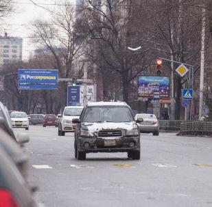 Автомобили на одной из улиц Бишкека