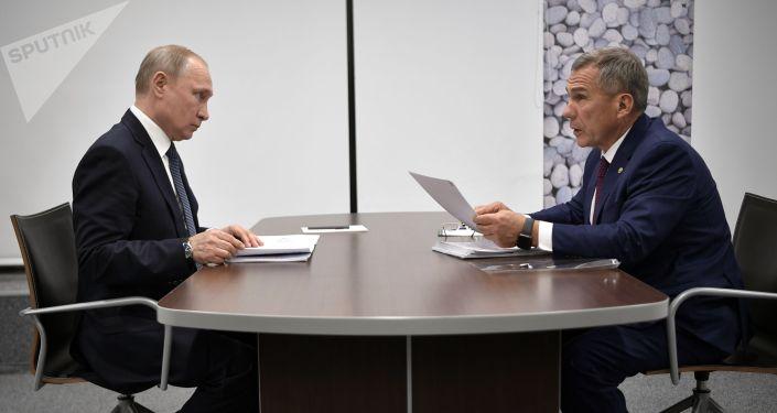 Россия президенти Владимир Путин Татарстандын башчысы Рустам Минниханов менен жолугушуу учурунда