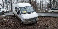 Микроавтобус вылетел в кювет на пересечении проспектов Чуй и Эркиндик