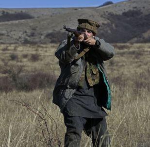 Участник во время реконструкции одного из боев советских войск в Афганистане. Архивное фото