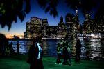 Вид на район Нью-Йорка Манхэттен с набережной Нью-Джерси. Архивное фото