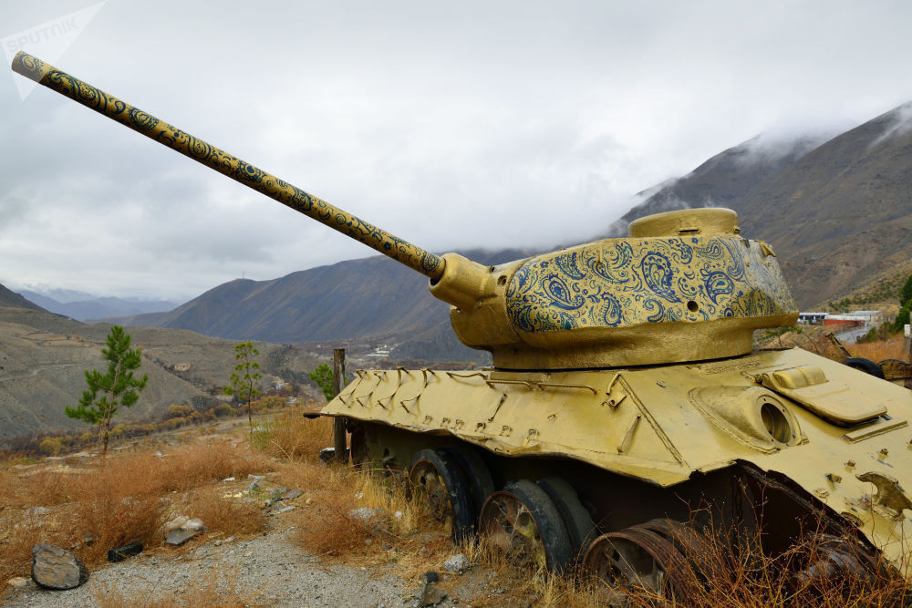Раскрашенный танк Т-34 красноречиво демонстрирует любовь Шаха Масуда к искусству — живописи, кинематографу и литературе. Этих качеств не ждешь от полевых командиров, но именно за начитанность и чувство прекрасного Панджшерского льва любили и уважали афганцы.