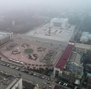 Вид на площадь Ала-Тоо в центре Бишкека во время тумана. Архивное фото