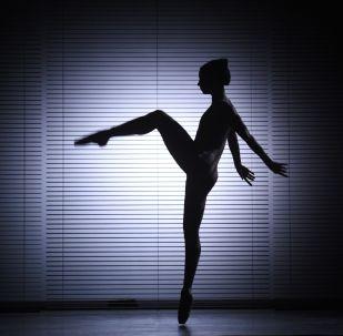 Балерина во время генеральной репетиции спектакля. Архивное фото