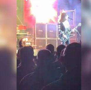 Гитарист и вокалист американской кавер-группы Hairball Бобби Дженсен загорелся прямо во время выступления.