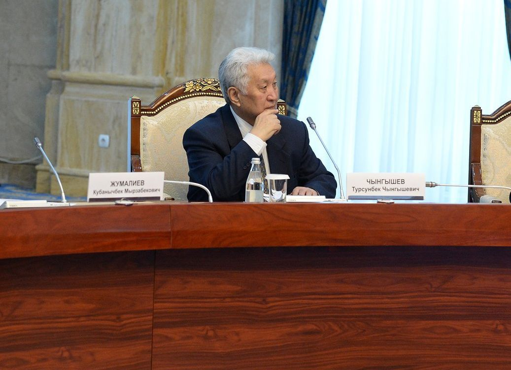 Экс-премьер-министры КР Кубанычбек Жумалиев, Турсунбек Чынгышев и Апас Жумагулов на встрече с президентом Кыргызстана Сооронбаем Жээнбековым
