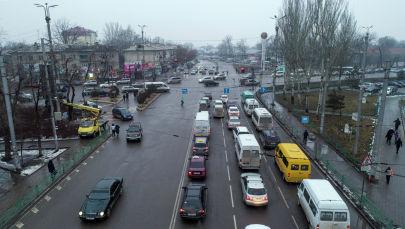 Автомобильное движение на перекрестке улиц Чуй и Юлиуса Фучика в Бишкеке