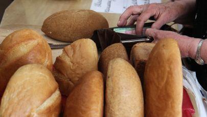 Покупательница в хлебном магазине. Архивное фото