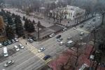 Автомобили на проспекте Чуй в центре Бишкека с высоты