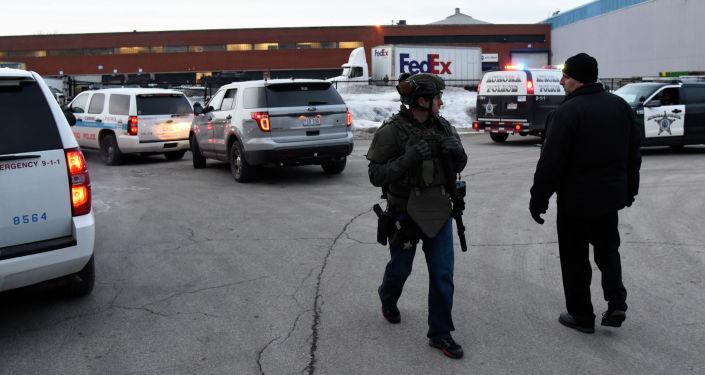 Полицейские на месте стрельбы на заводе Henry Pratt Co. в Иллинойсе. США, 15 февраля 2019 года
