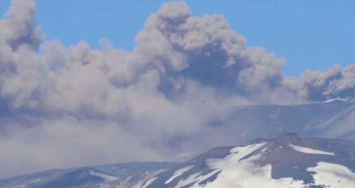 На Сицилии вновь активизировался вулкан Этна. Из-за рассеивания пепла местный аэропорт ограничил прием и отправку рейсов.