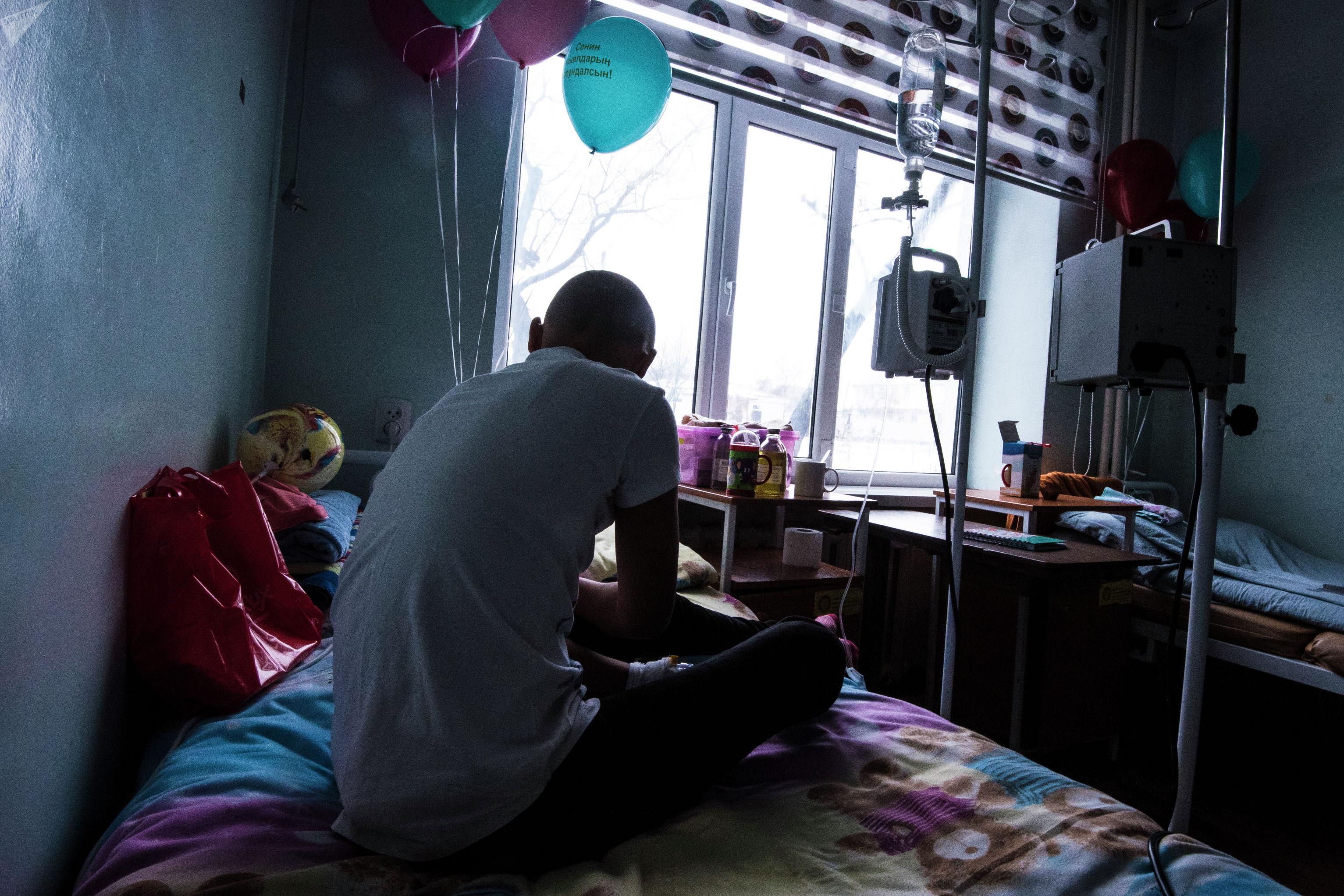 Подросток в палате детского отделения Национального центра онкологии и гематологии в Бишкеке