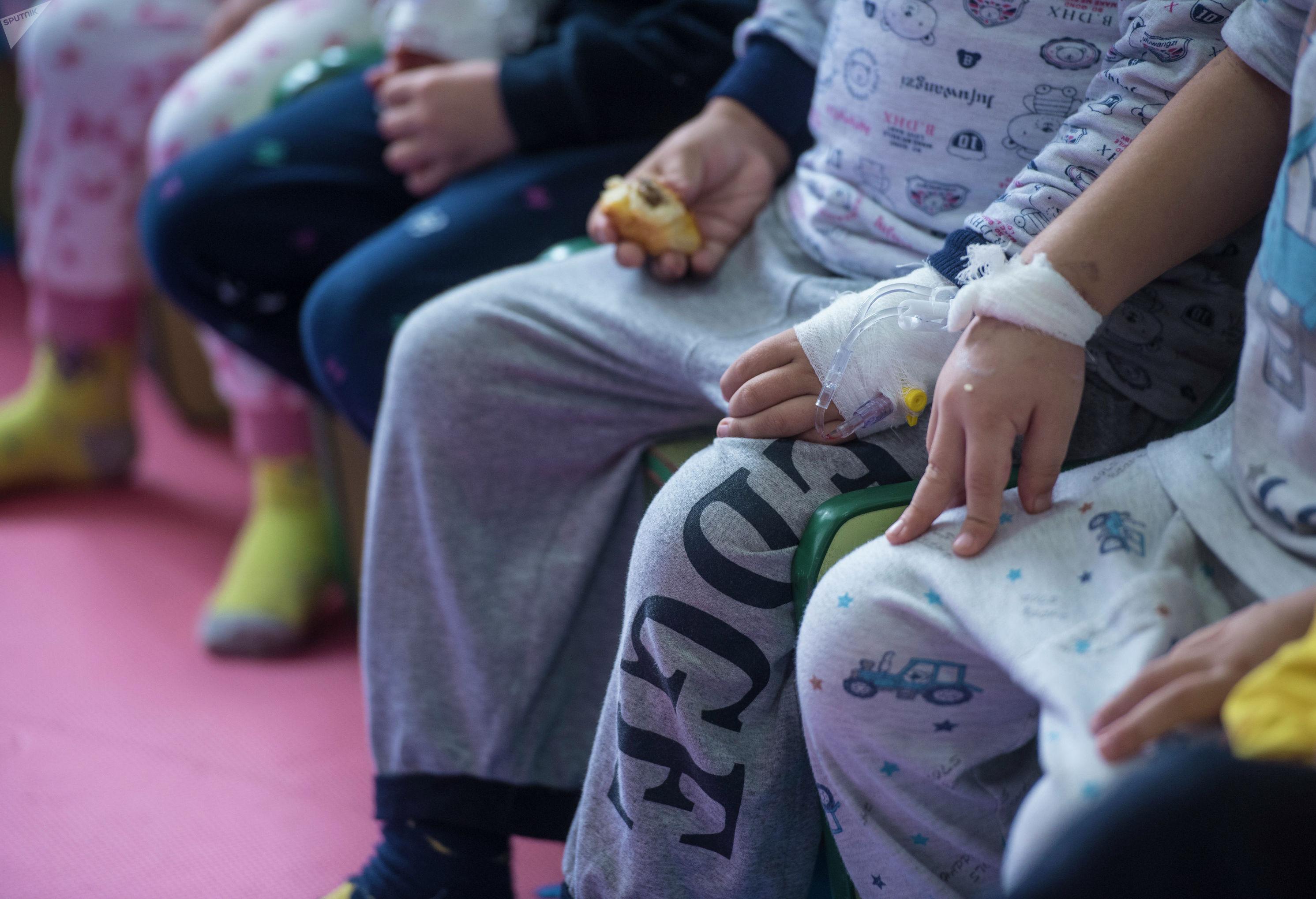 Дети на праздничном мероприятии в честь всемирного дня детей, больных раком в детском отделении Национального центра онкологии и гематологии в Бишкеке