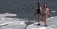 Эти девушки из Приморского края регулярно купаются в ледяной воде. На сей раз они позировали перед камерой.