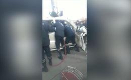 На место происшествия выезжали бригада спасателей и пожарный расчет — на случай возгорания авто.