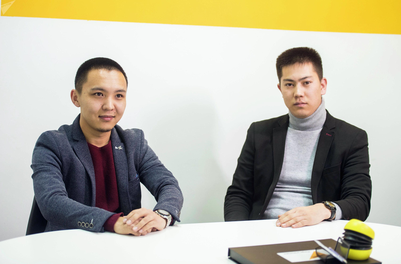 Предприниматели Жанболот Эламан уулу и Талгат Жаныбаев во время беседы