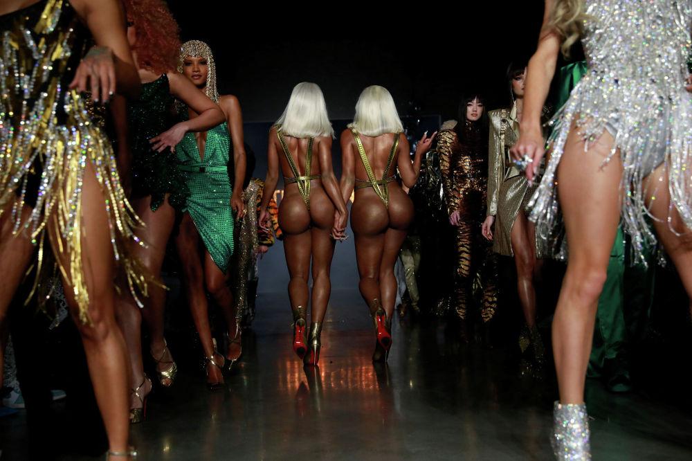 Сестры Clermont Twins на показе Недели моды в Нью-Йорке