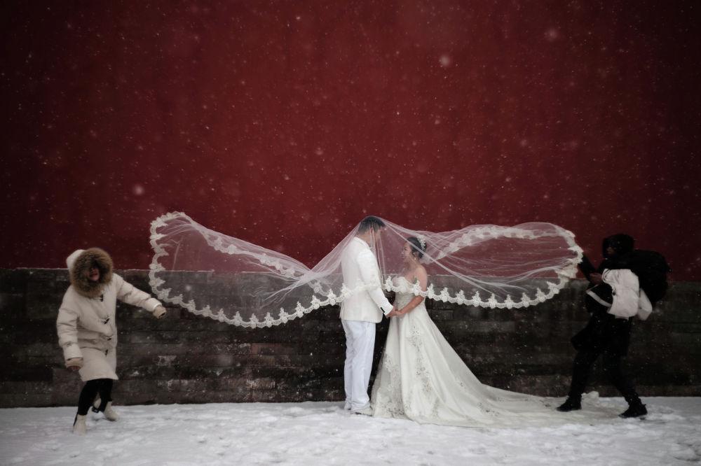 Свадебная фотосессия во время снегопада в Пекине.